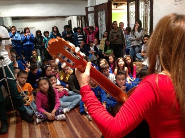 IRENE GÓMEZ PERFORMS FOR CHILDREN AT CAKIKE FOUNDATION